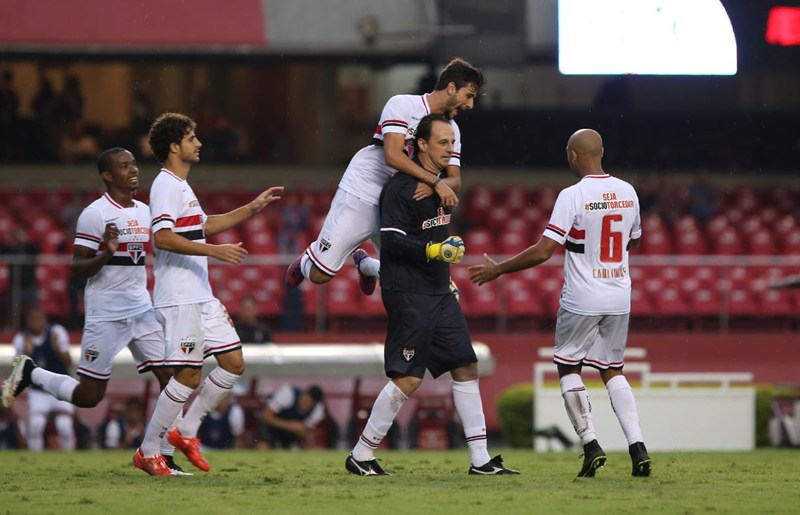 """Gol do """"lendário"""" Rogério Ceni ganha destaque em jornal inglês"""
