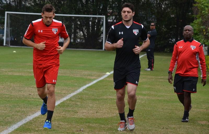 Rafael Toloi treina com bola em manhã de poucas certezas no Tricolor