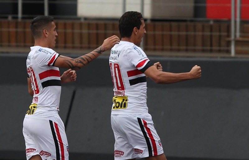 Carrasco do clássico, Ganso tira sarro do Palmeiras: