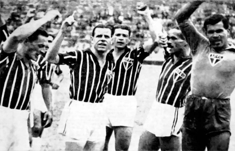 São-paulinos comemoram a vitória por 9 a 1 sobre o Santos