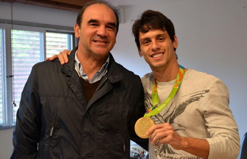 No CT, tricolores celebram o ouro de Rodrigo Caio
