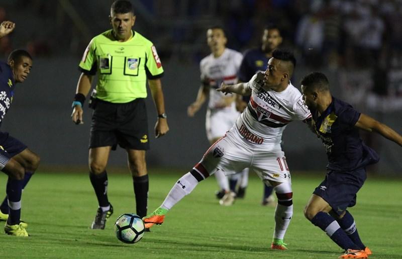 Com 'hat-trick' de Cícero, São Paulo avança na Copa do Brasil