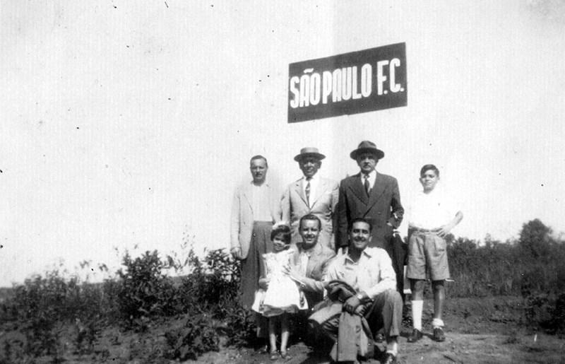 Helio Motta Mello e família ao pé da placa de posse do terreno do Morumbi