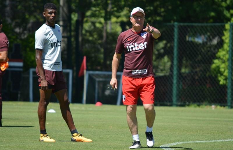 São Paulo: Dorival posiciona o time antes de viagem para Porto Alegre