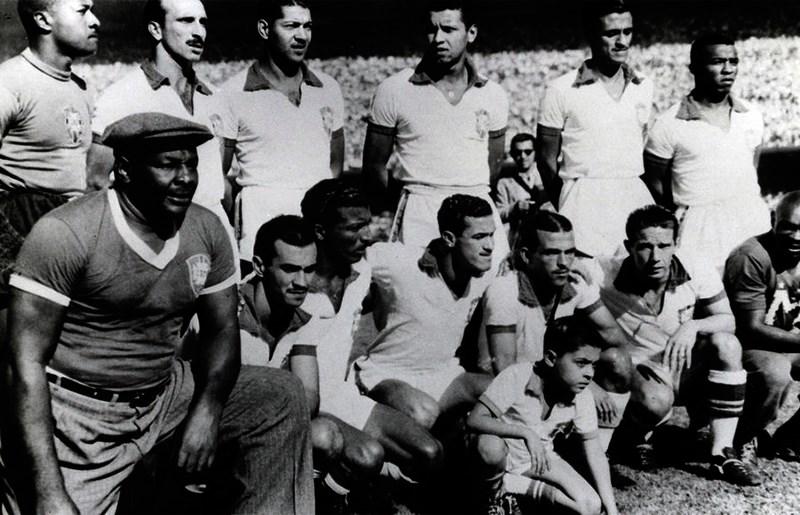 Brasil no confronto contra o Uruguai. Bauer (da esquerda para direita, o quarto em pé) e Friaça (o segundo abaixado) presentes.