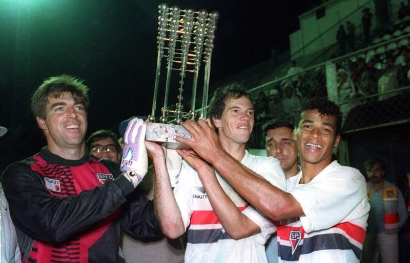 Zetti, Antônio Carlos e Cafu com o troféu do Brasileiro de 1991