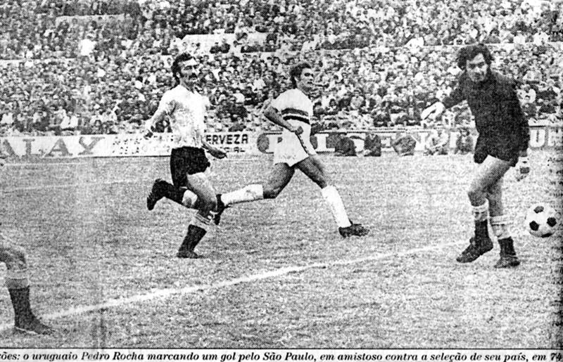 Pedro Rocha marcando gol decisivo contra o Uruguai