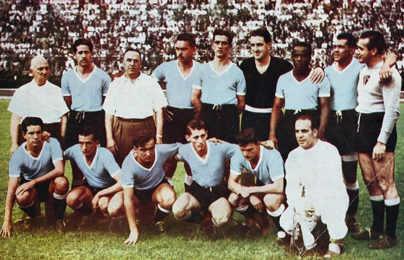 O goleiro uruguaio Paz (à direita) usou uma camisa com o simbolo do São Paulo em partida de Copa do Mundo