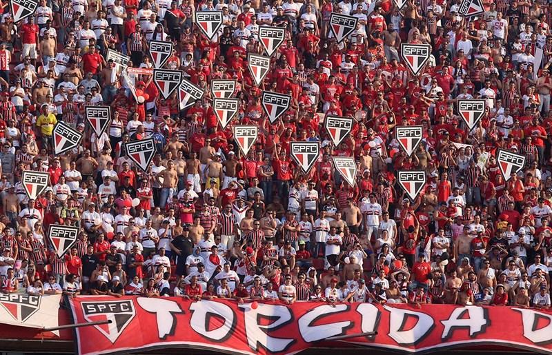 """Corinthians faz apelo contra homofobia, mas são-paulinos lançam música no Morumbi: """"Gambá, me diz como se sente..."""""""