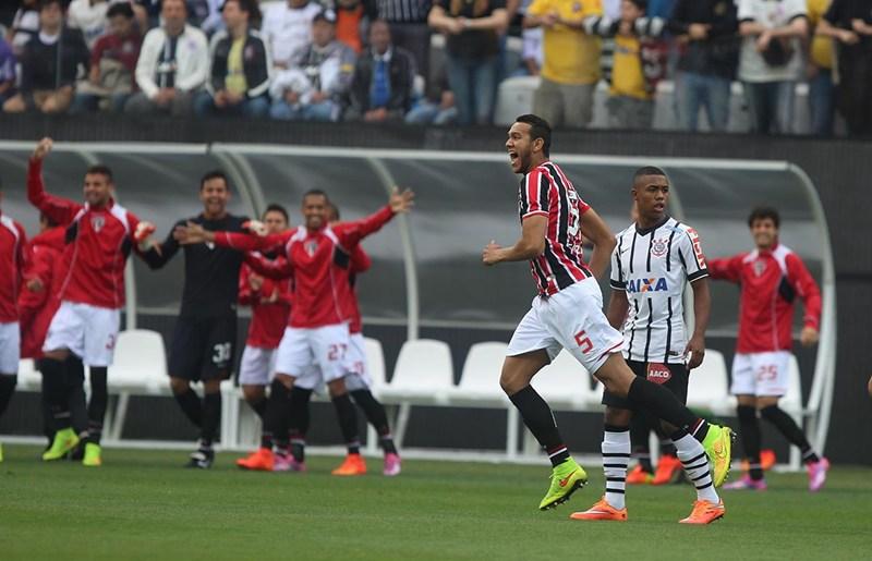 Souza repreende Gil do Corinthais após o zagueiro falar do Pato